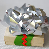 Giftwrap bows in a different way