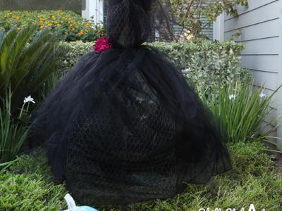 Outdoor Halloween decor: The black widow - wire and tulle lady
